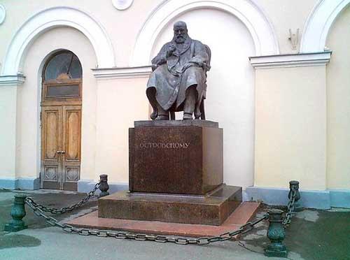 Памятник Островскому перед зданием Малого театра в Москве