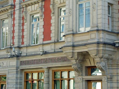 """На фасаде высечено """"Товарищество виноторговли К.Ф. Депре"""""""