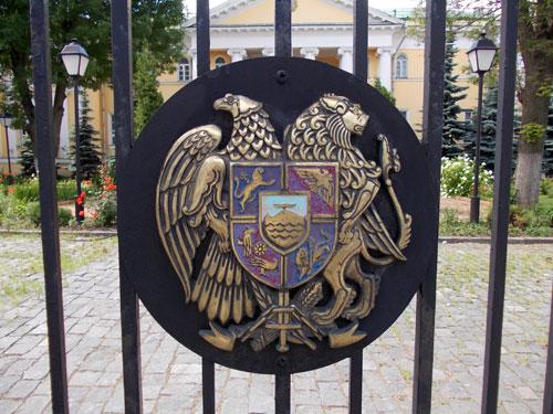 Герб Армении на воротах армянского посольства
