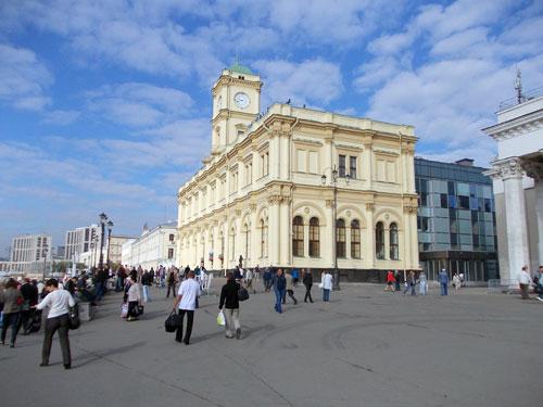 Ленинградский вокзал на Комсомольской площади в Москве