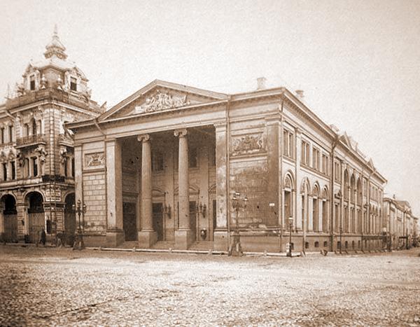 Здание биржи в Москве на старой фотографии