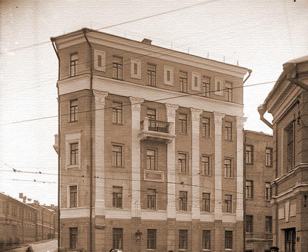 Дом-утюг в Певческом переулке в Москве