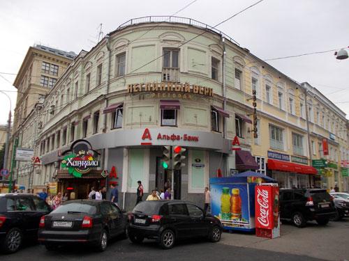 """Улица Кузнецкий Мост, 9. Раньше на этом месте находился знаменитый ресторан """"Яръ"""""""