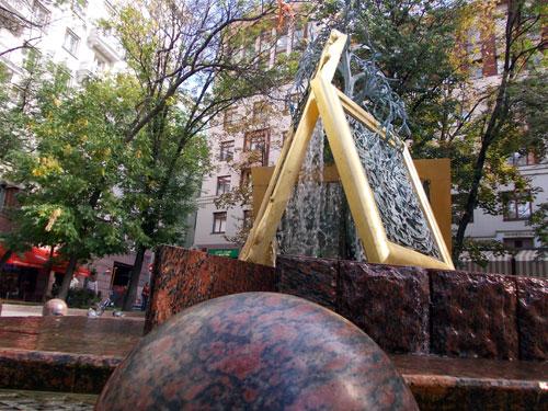 Фонтан расположен недалеко от Третьяковской галереи в Лаврушинском переулке