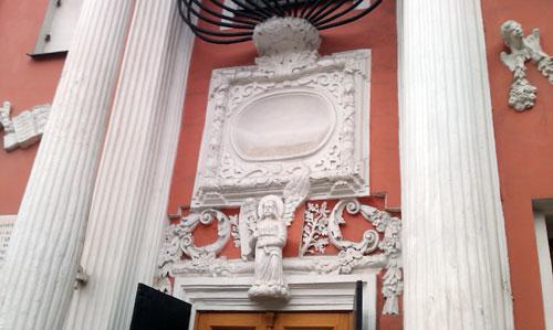 Украшение наружных стен над входом в Меньшикову башню