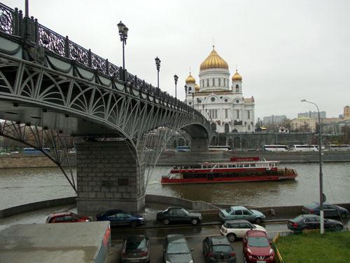 Патриарший мост в Москве у храма Христа Спасителя