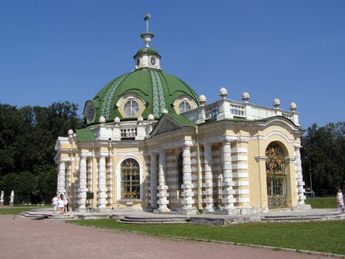 Музей-усадьба в Кусково: грот с прудом