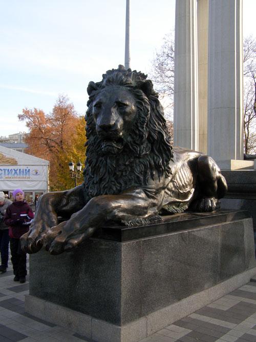 Скульптуры льва у памятника Александру II