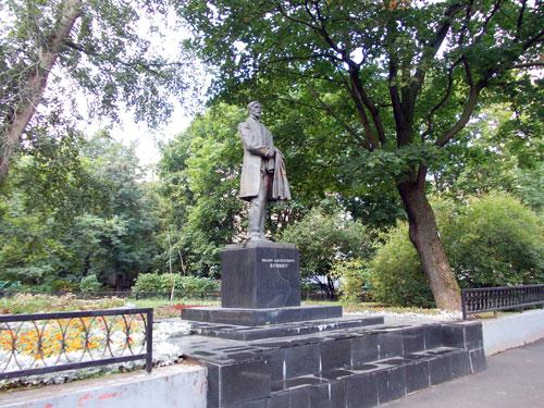 Памятник Ивану Алексеевичу Бунину в Москве