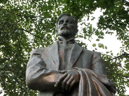 Памятник Бунину в сквере на Поварской улице