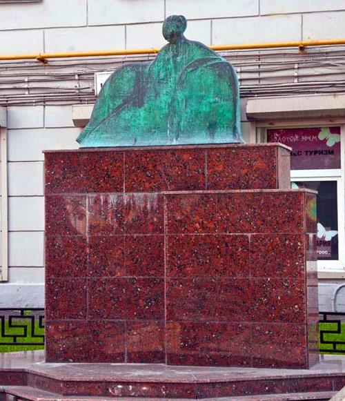 Памятник Ахматовой на Большой Ордынке