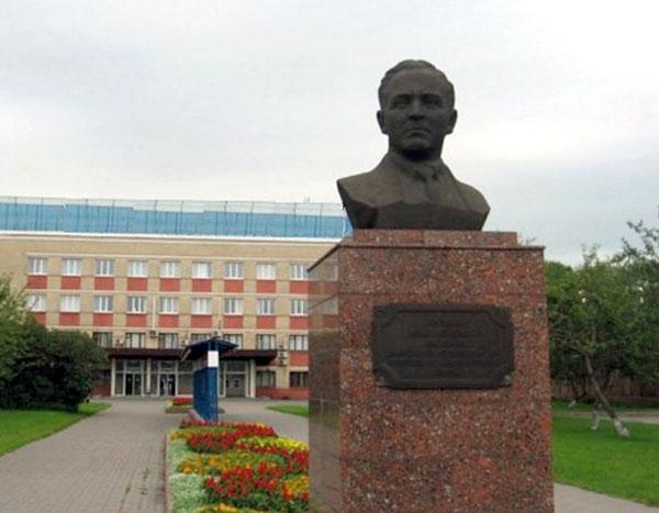 Памятник Бардину в Москве