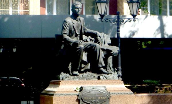 Памятник Тукаю в Москве