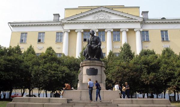 Памятник Ломоносову на Моховой