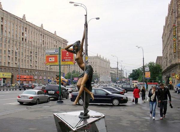 Памятник стриптизерше