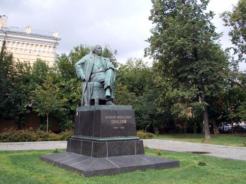 Памятник А.Н. Толстому на Большой Никитской улице