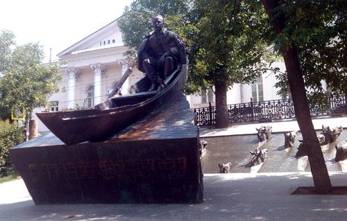 Памятник Шолохову на Гоголевском бульваре в Москве