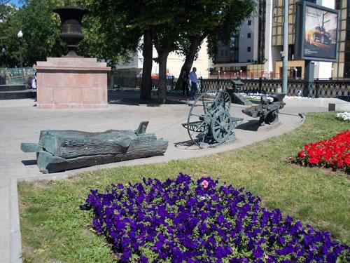 Стилизованные скамейки у памятника Шухову на Сретенском