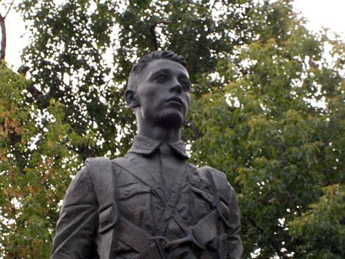 Скульптура летчика Талалихина в сквере на улице его имени
