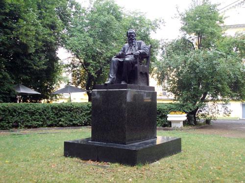 Памятник Л.Н. Толстому на Поварской улице в Москве