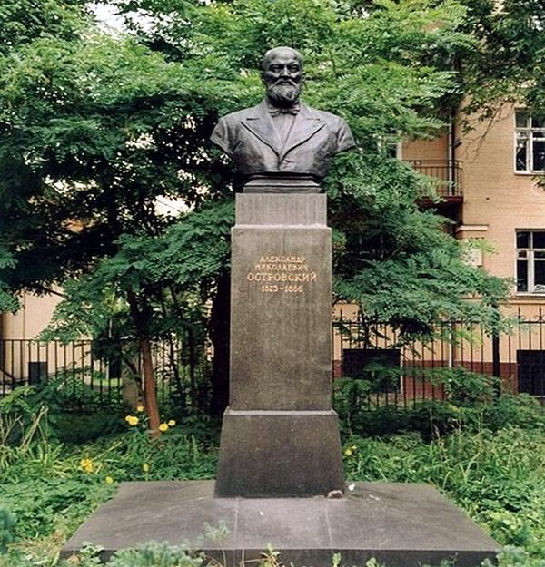Памятник Островскому в городе Москве на Малой Ордынке