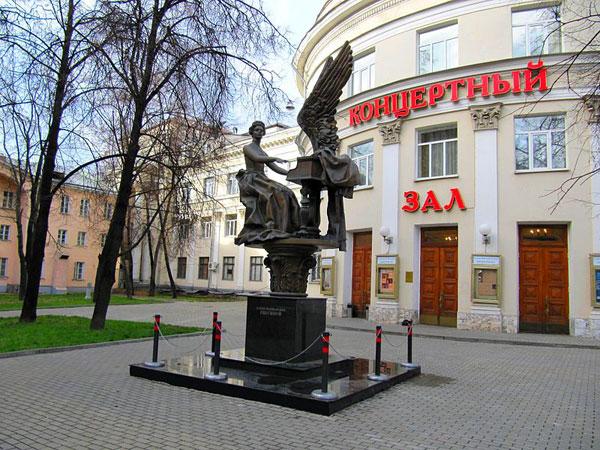 Памятник Елене Гнесиной в Москве