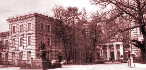Памятник хирургу Пирогову в Москве