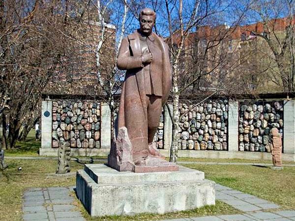 Памятник Сталину в парке Музеон в Москве