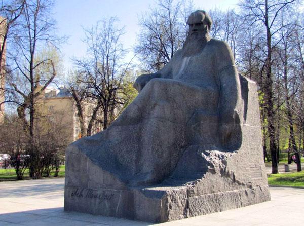 Памятник Льву Николаевичу Толстому на Девичьем поле (Большая Пироговская улица)