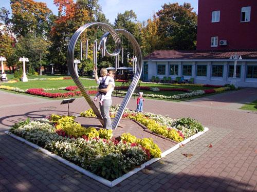 Памятник всем влюбленным в саду на Каретном ряду