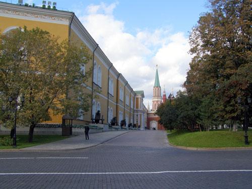 Арсенал примыкает к Никольской башне московского Кремля
