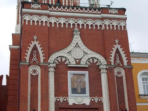 Восстановленная икона Николая Чудотворца на Никольской башне Кремля