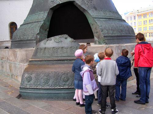 Царь-колокол и его осколок на Ивановской площади