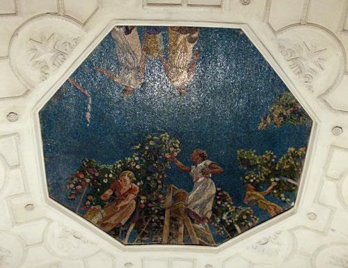 Панно Яблочные сады в зале станции метро Новокузнецкая