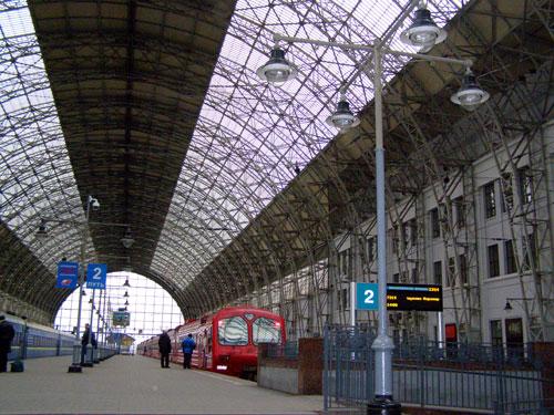 Дебаркадер в виде арки на Киевском вокзале Москвы - фото